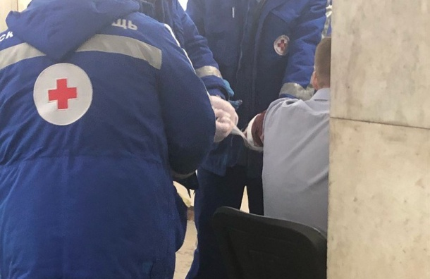 Очевидцы: таксист напал напассажира сножом
