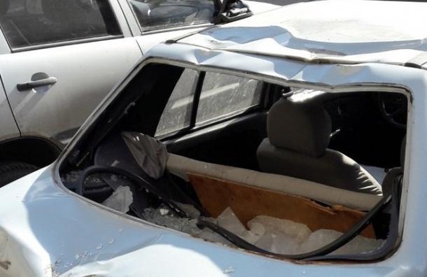 Очередная сосулька разбила авто наПетроградке