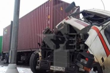 Пять человек пострадали при столкновении автобуса ифуры