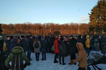 Петербуржцы подходят наакцию памяти попогибшим вКемерове наМарсовом поле
