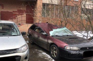 Петербурженка выпала изокна многоэтажки намашину