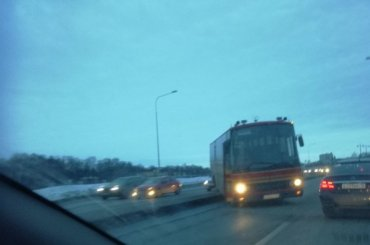 Автобус вылетел навстречную полосу наУшаковской набережной