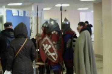 Рыцари вдоспехах пришли голосовать напетербургский участок