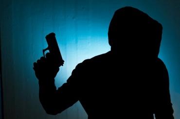 Налетчик ограбил салон сотовой связи наОхте на135 тысяч рублей
