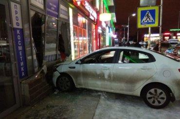 Очевидцы: пьяный водитель врезался вларек вДевяткино