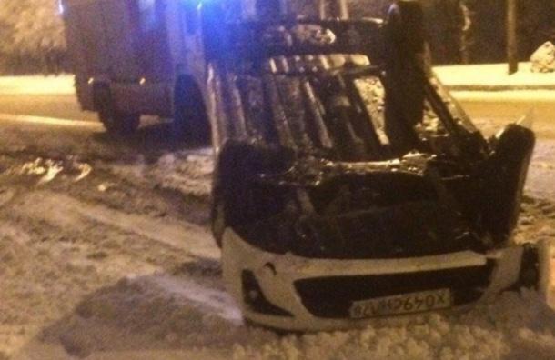 Автомобиль перевернулся нанабережной реки Волковки