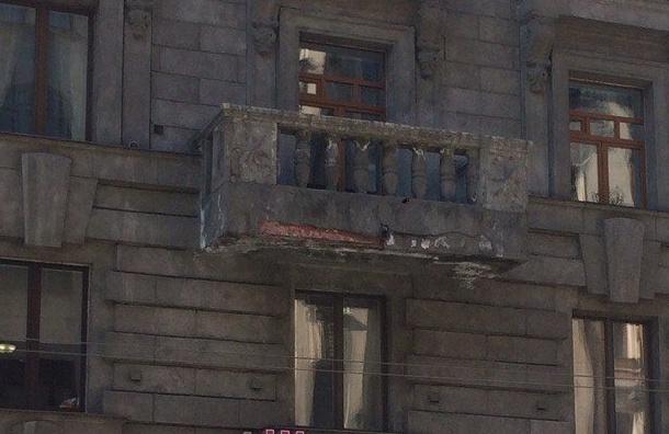 Кусок балкона упал наюношу наБольшом проспекте