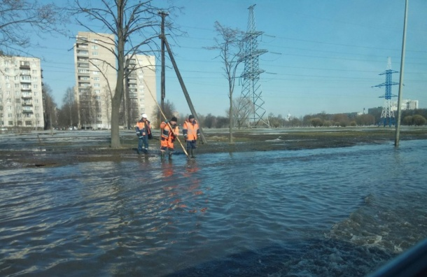 Затопило дорогу напроспекте Маршала Блюхера
