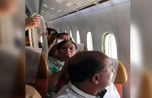 Турбулентность выбила иллюминатор уиндийского самолета