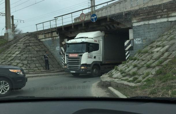 Фура застряла под мостом напересечении Рощинской иНоворощинской