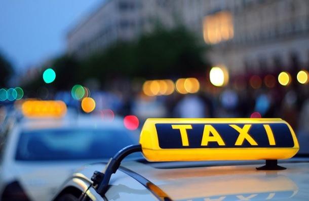 Таксист силой забрал упассажира 150 тысяч рублей