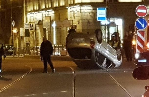 Автомобиль перевернулся натрамвайных путях вПетербурге