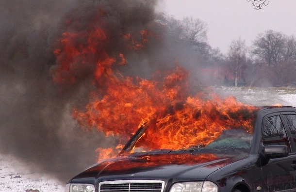 Две машины выгорели вВыборгском районе Петербурга