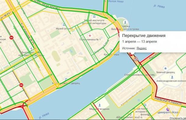 Невский проспект встал впробку из-за перекрытия Дворцового моста