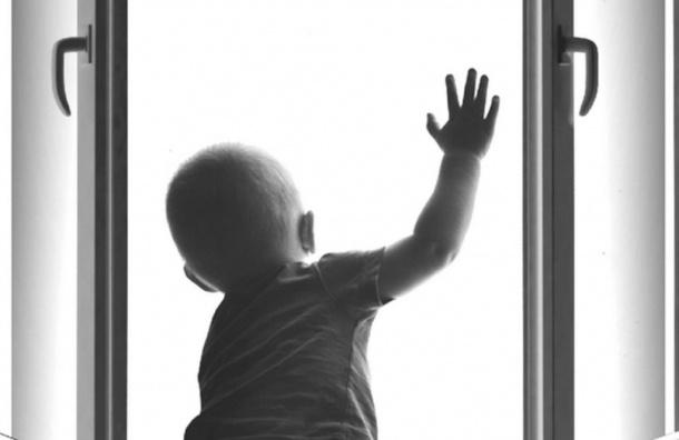 Двухлетний мальчик выпал с9-го этажа вКудрове