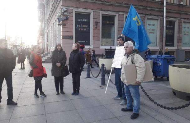 НаНевском проспекте проходят пикеты вподдержку крымских татар