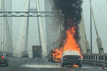 Автомобиль выгорел наБольшом Обуховском мосту