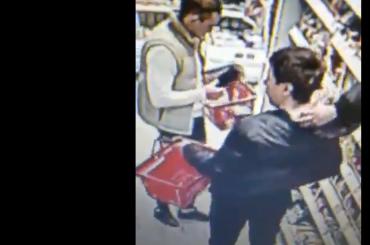 Воры-колбасники попали накамеры магазина вКалининском районе
