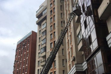 Спасатели поднимались попожарной лестнице кженщине вВыборгском районе