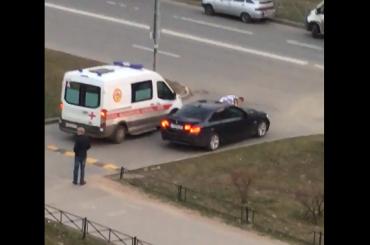 Пьяный водитель снес ограждение изадел женщину сребенком