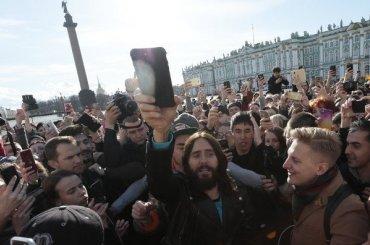 Джаред Лето спел сфанатами наДворцовой