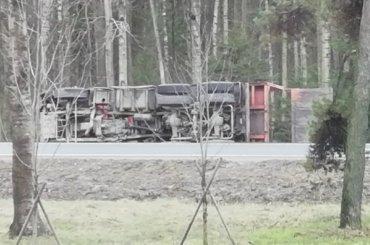 КамАЗ улетел вкювет вПриморском районе