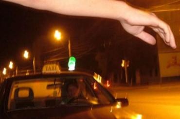Пассажир избил петербургского таксиста иуехал наего машине