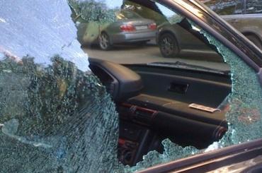 Хулиган разбил кулаками стекла вприпаркованном джипе «Range Rover»
