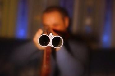 Петербуржец открыл стрельбу впарадной жилого дома