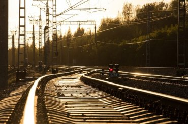 Очевидцы: товарный поезд переехал человека