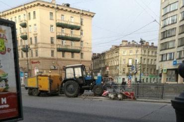 Уборочный трактор снес светофор наЛиговском проспекте