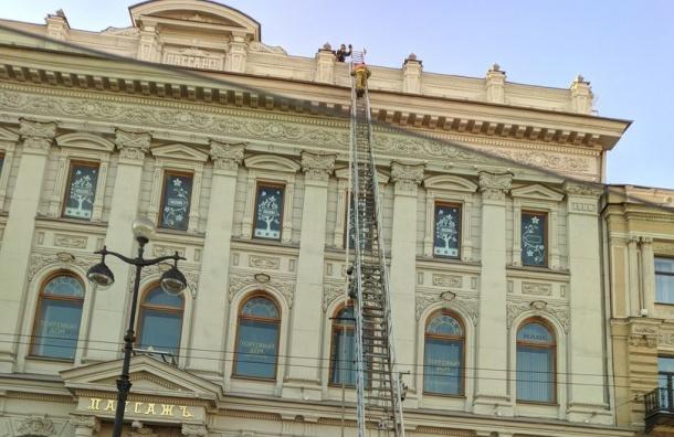 Более тысячи человек эвакуировали изгорящего «Пассажа» наНевском