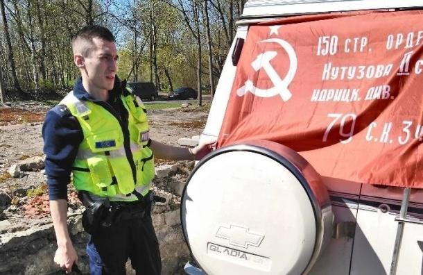 Эстонские полицейские 9мая сняли советский флаг смашины жителя Нарвы