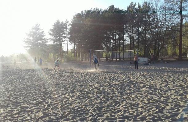 Пляж наКрестовском покрывается пылью отнового песка