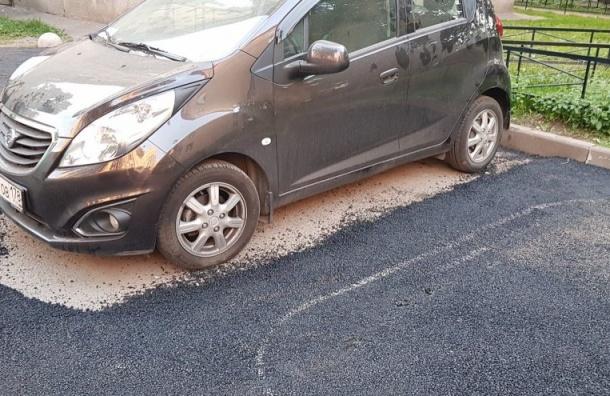 Асфальт уложили вокруг машины вВыборгском районе
