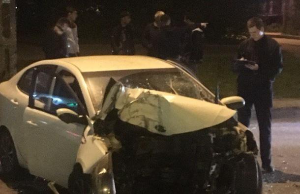 Автомобиль расплющился остолб наЛуначарского