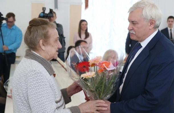 ВСмольном прошла церемония вручения документов наквартиры ветеранам ВОВ