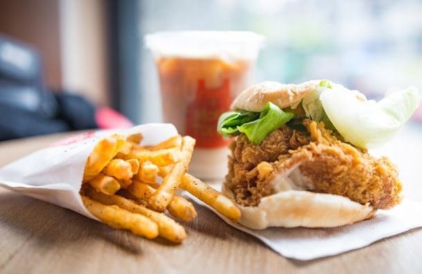 Фастфуд предлагают маркировать как «мусорную еду»