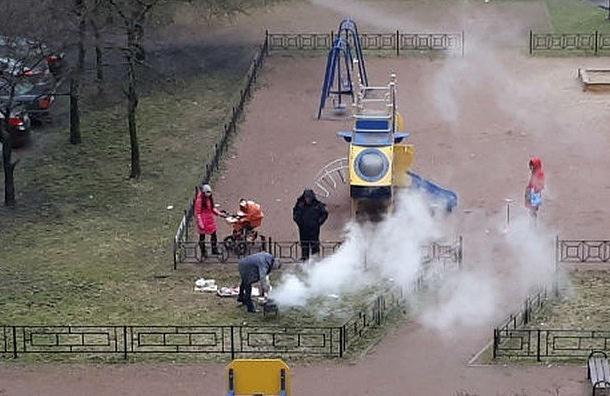 Петербуржцы устроили пикник прямо надетской площадке
