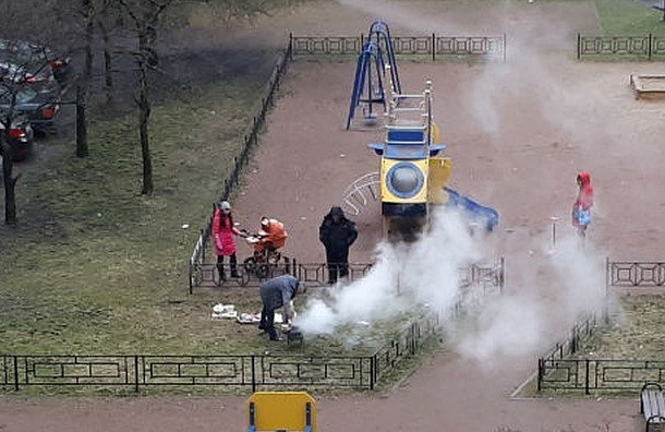 Петербуржцы жарят шашлык надетской площадке