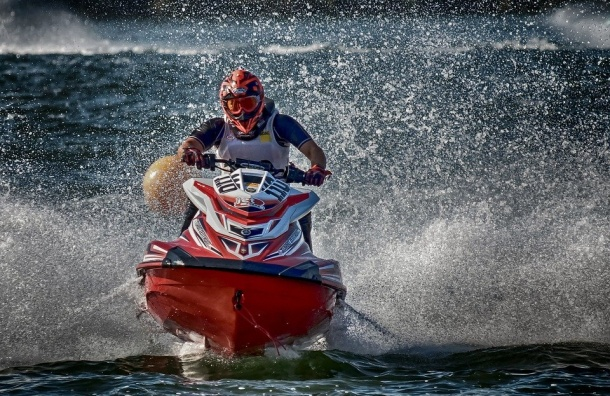 Пара нагидроцикле врезалась вкамни вФинском заливе