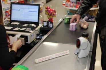 Полиция проверяет раздававшую бесплатно еду кассиршу