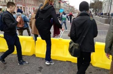 Митингующие опрокинули ограждения наНевском