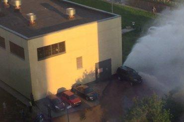 Фонтан внесколько этажей забил наСитцевой улице из-за прорыва трубы
