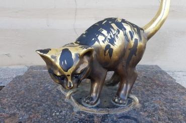 Вандалы разрисовали краской скульптуру котенка Фунтика наулице Якубовича