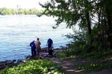Мужчина сломал позвоночник, спрыгнув сВолодарского моста