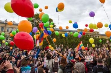 ЛГБТ-активисты провели вПетербурге Радужный флешмоб