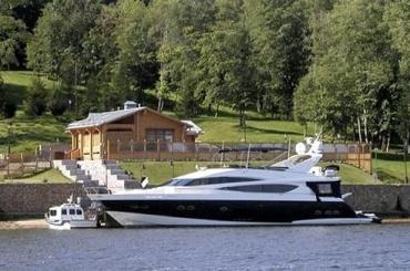 «Яхта Медведева» пришла вПетербург