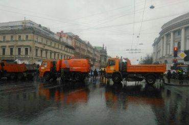 Поливальные машины перекрыли Невский проспект
