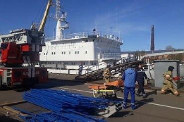 Полсотни человек эвакуировали сгорящего судна вКронштадте